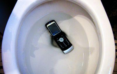Смартфоны и телефоны оказывается грязнее унитазов